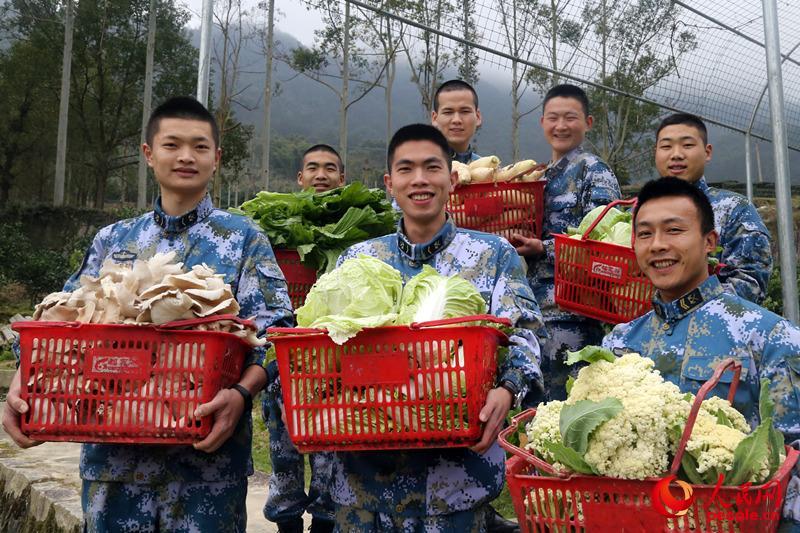 台里官兵建设了南山生态园,一则丰富官兵们的菜盘子,另一方面也给大家提供工作之余的休闲去处。战士们抱着各种喜获丰收的蔬菜。