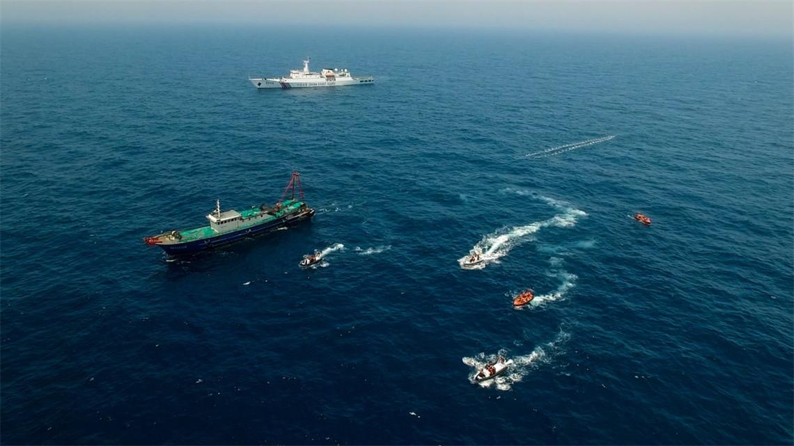 4月19日,中国和越南海警派出执法人员,准备登临一艘中国渔船进行检查。新华社记者 毛思倩 摄