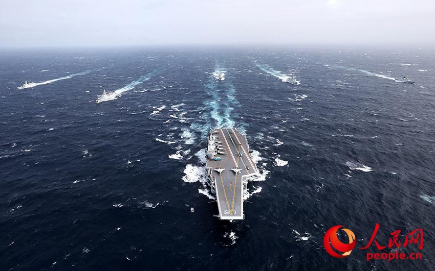 中国海军航母编队在远海大洋乘风破浪。张凯 摄