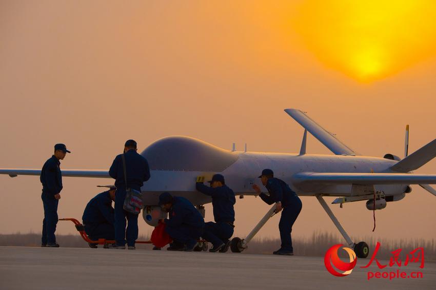 迎着朝阳, 又一次新的飞行即将开始。杨军 摄影