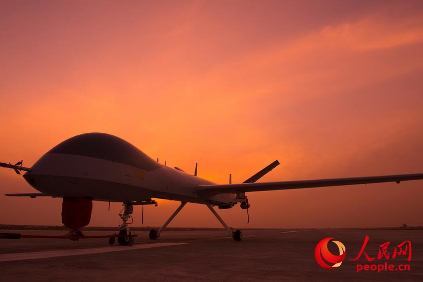 披着霞光,中国无人机从戈壁大漠大起飞。 杨军摄影