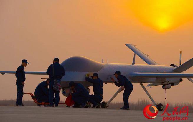 一丝不苟 实拍空军无人机飞行前检测工作