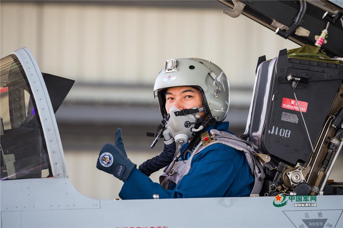 空军飞行员驾驶歼-10b飞机在训练.杨盼 摄
