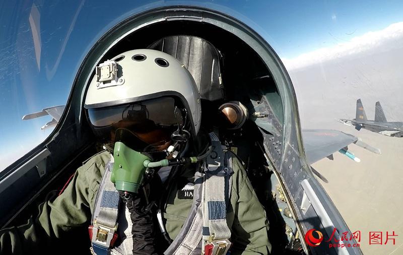 蓝天上,哈希布少将同乘的战机与僚机汇合编队,与其他参训飞机展开模拟对抗。