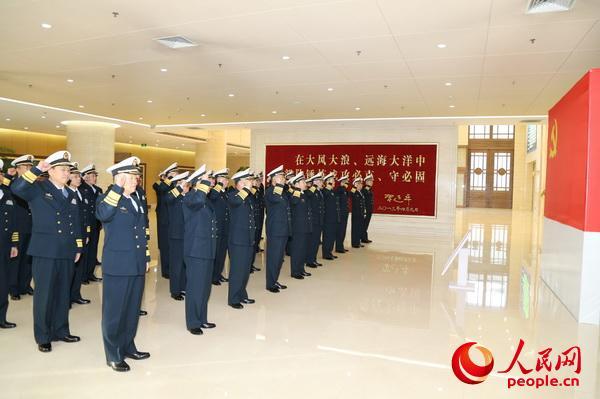 11月13日上午,海军党委常委带领军以上单位党委书记集体重温入党誓词。李唐 摄
