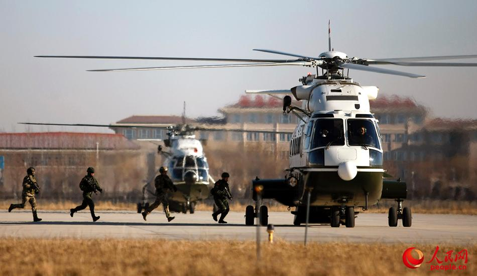 中俄双方队员组成的特战小组快速登上直升机-王涛摄