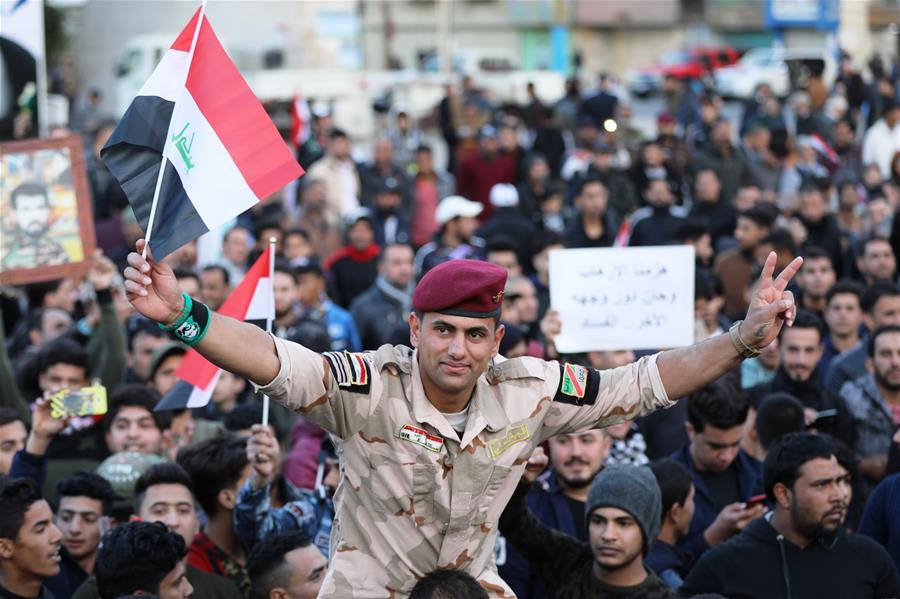 """12月10日,在伊拉克巴格达解放广场,人们集会庆祝击败""""伊斯兰国""""。"""