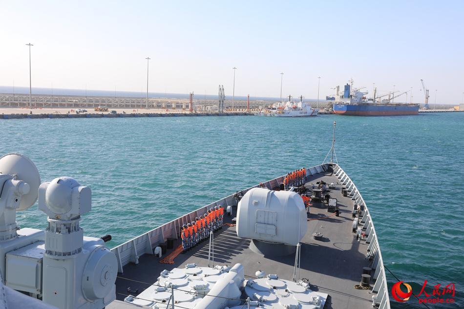 海军第二十七批护航编队海口舰停靠阿曼塞拉莱港。刘鑫摄
