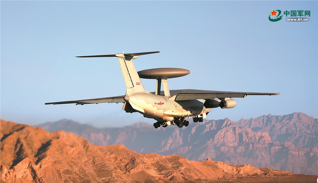空警-2000预警机呼啸升空。