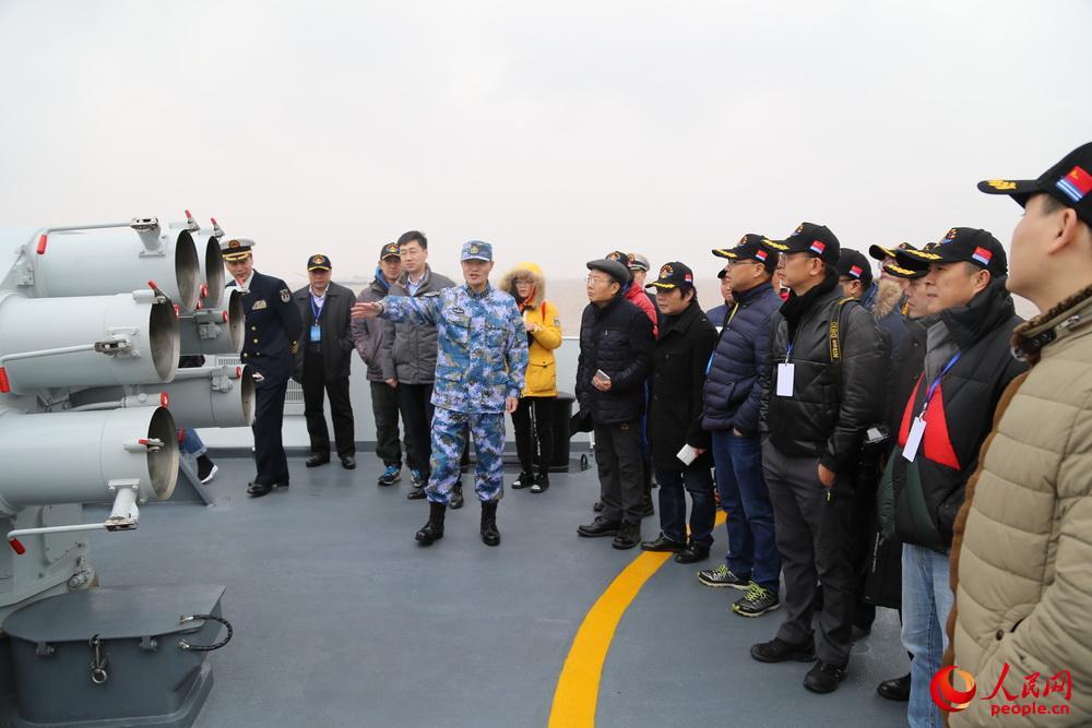 12月16日,网络名人和媒体记者参观荆州舰。闫嘉琪 摄影