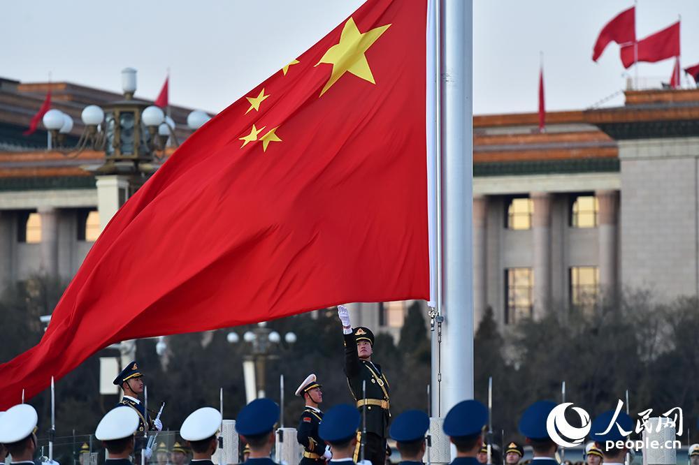 1月1日早上7时36分,天安门广场迎来新年首场升国旗仪式。这是首次由人民解放军仪仗队和军乐团执行升旗仪式。(翁奇羽 摄)