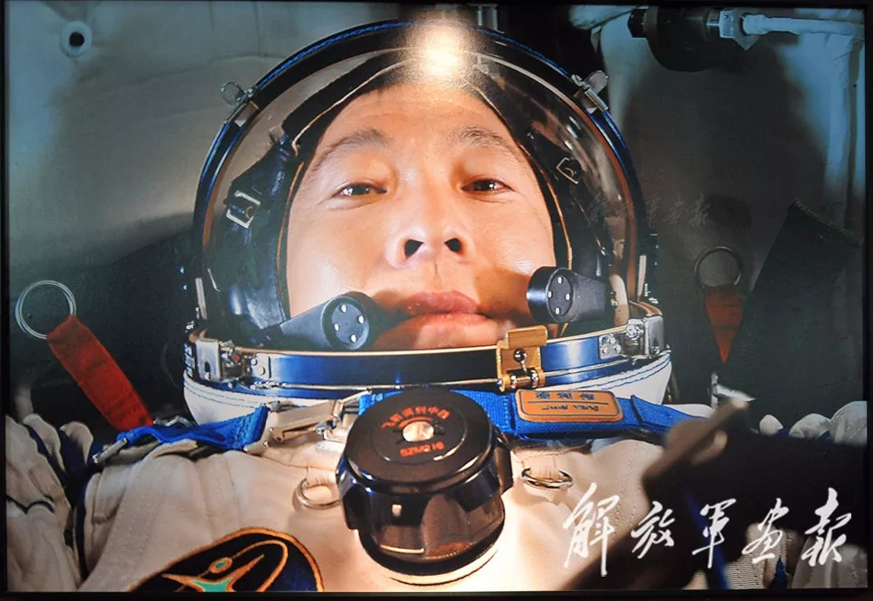 """【最牛自拍】 2003年10月15日9时,杨利伟乘坐神舟五号飞船进入太空。中国成为世界上第三个将人类送上太空的国家。这是杨利伟在飞行首日傍晚的自拍照,也是中国航天员的第一张""""太空自拍""""。(摄影/杨利伟)"""