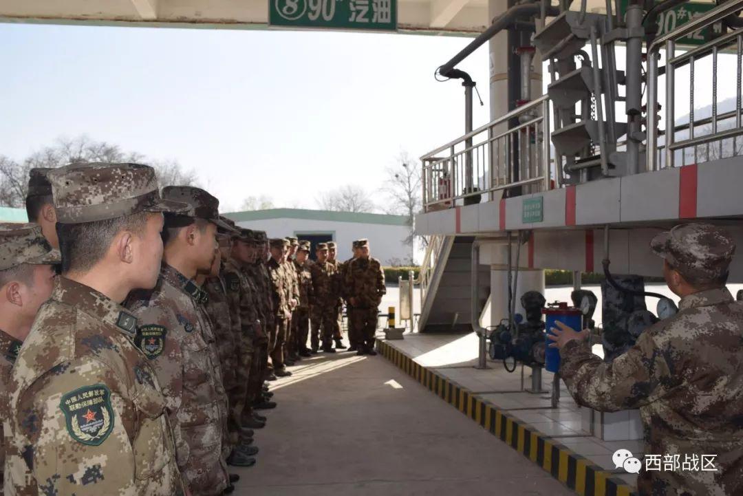 油料学兵在油库进行观摩学习