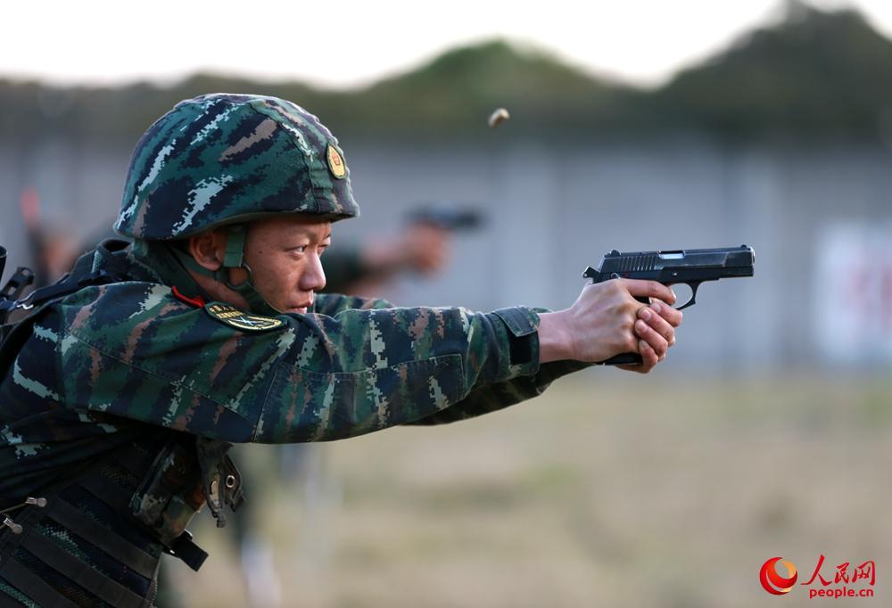 特战队员进行手枪限时快速射击比武。