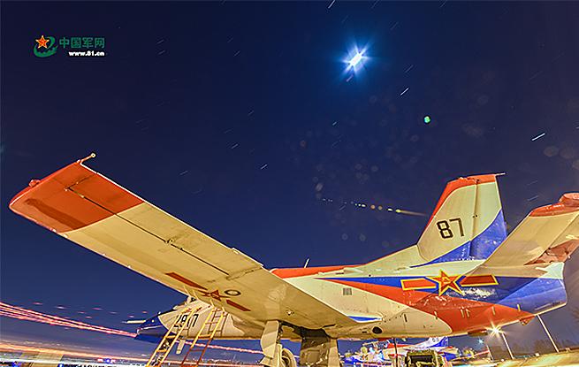 高清:以战机为画笔,他们在夜空中绘出斑斓航迹