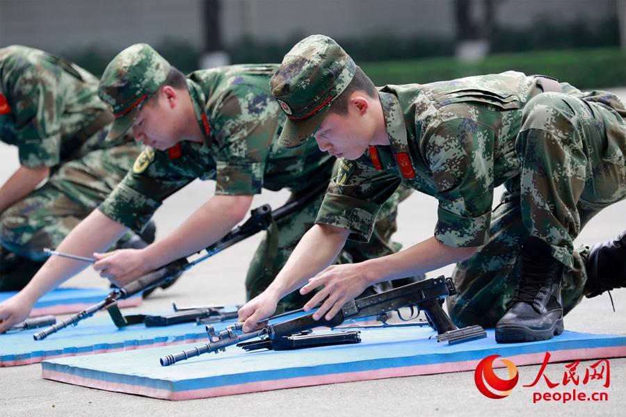 对于军人的第二生命,你得清楚它的每一个部件,每一根栓子,官兵正在对枪支进行分解结合训练。