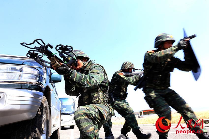 图为官兵在复杂情况下开展实战化军事训练时的场景。    马亮志摄