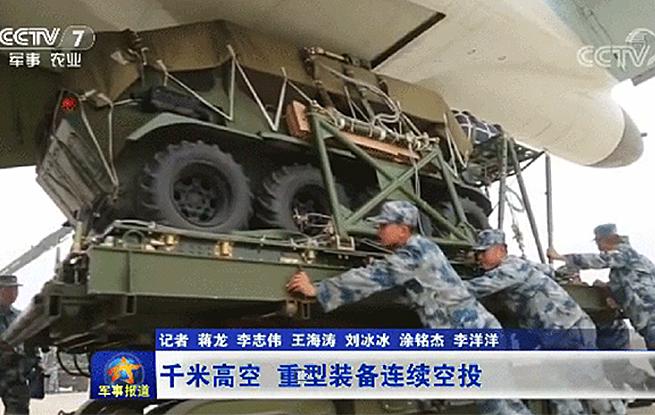 震撼!空军运输机千米高空连续空投战车、重型火炮等装备
