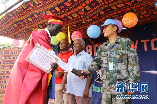 中国维和工兵参加邓博斯克技术职业学院毕业典礼