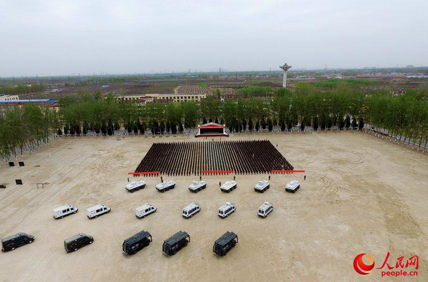 新时代的春天生机无限,新征程的道路无比宽广。近日,武警北京总队某部实打实聚焦练兵备战,训练场上人人都在训练里,个个都在竞赛中。(图为该部进行军事训练考核时的场景)翟明鹏 摄影