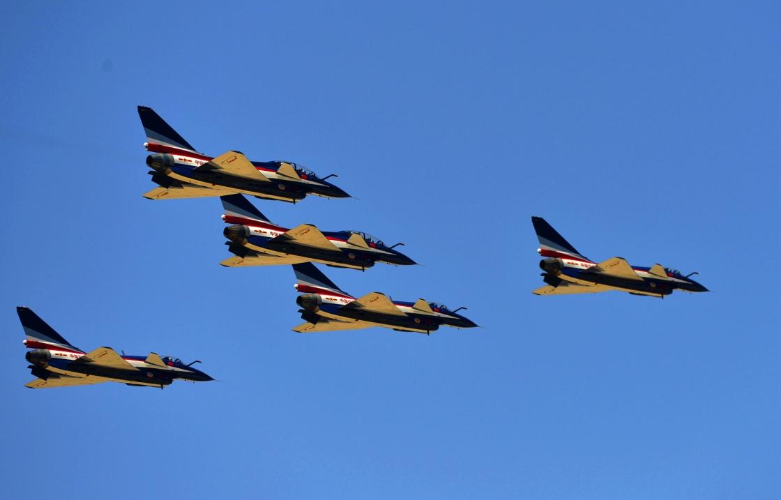 4月15日,空军八一飞行表演队在第三个全民国家安全教育日开放训练中进行歼-10编队飞行。刘川 摄