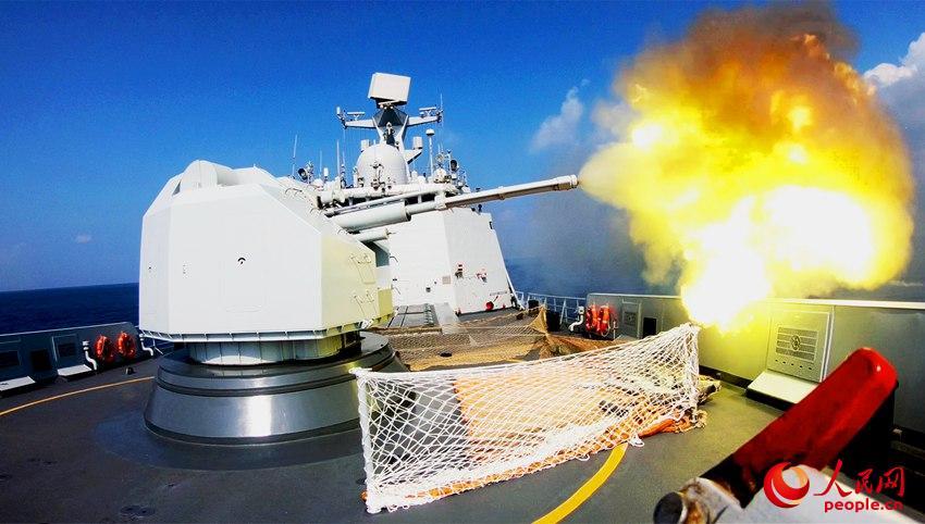 盐城舰主炮对海射击瞬间  朱林林摄影