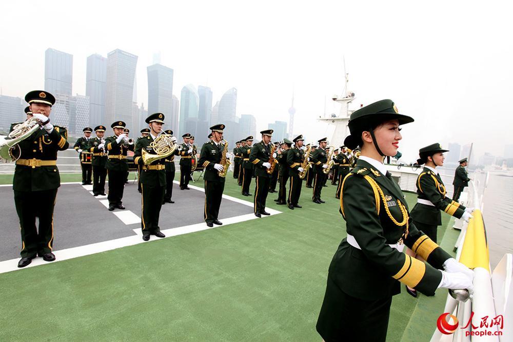 参加浦江巡游演出的中国武警卫士军乐团乐手飒爽英姿、军容严整。漆锡摄