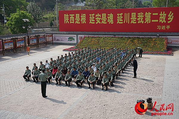 与会代表参加西安校区第449延安革命传统教学,到梁家河接受现地教学。陈宇豪摄影