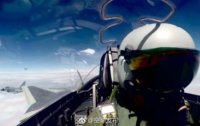 中国空军歼-20战机首次开展海上方向实战化训练