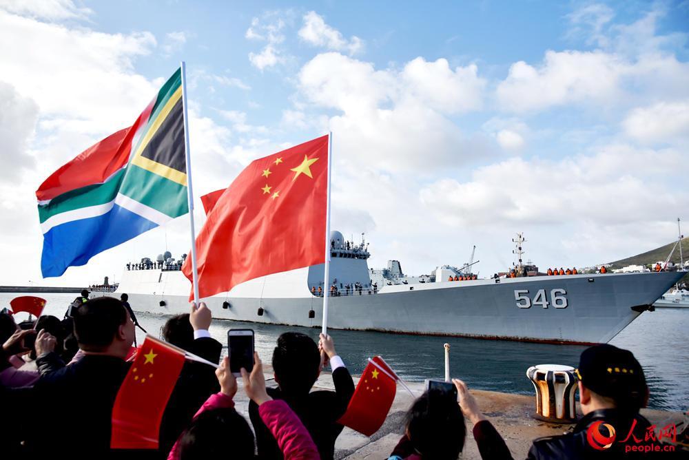 海军第二十八批护航编队指挥舰盐城舰缓缓抵靠西蒙斯敦港。张子栋摄影