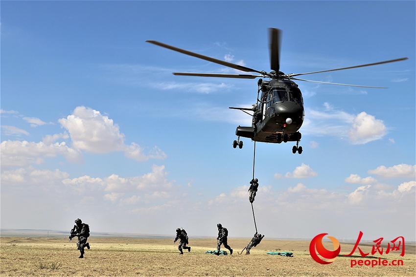 直-8直升机搭载突击步兵滑降