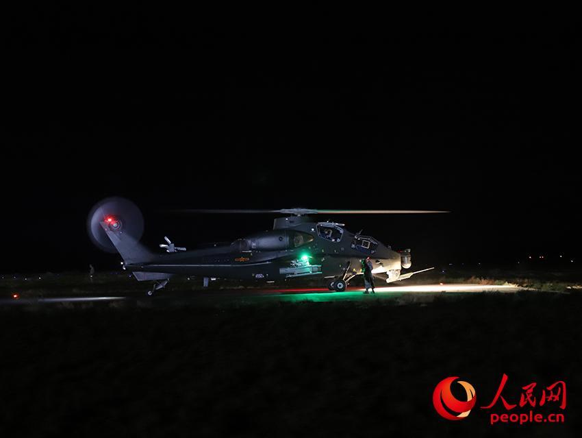 直-10武装直升机夜间实弹射击后凯旋