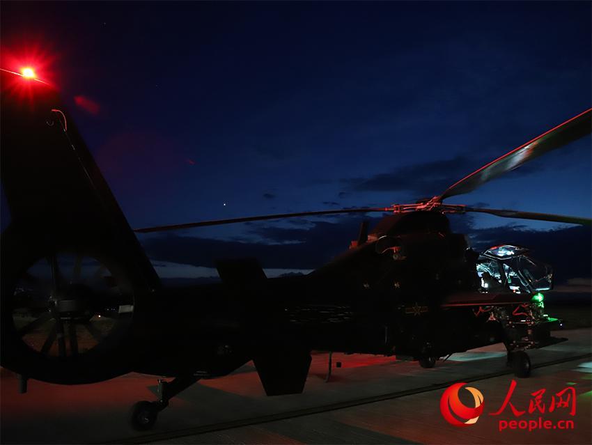 直-19武装直升机进行夜间实弹射击前准备