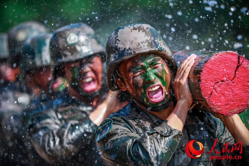 红一连开展体能强化训练,磨砺官兵意志,锻造胜战尖兵。