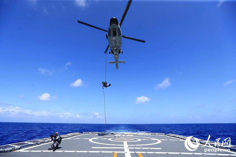 图为特战队员进行直升机索降训练