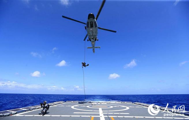 组图:海军滨州舰大洋之上练兵忙 直升机昼夜飞行训练