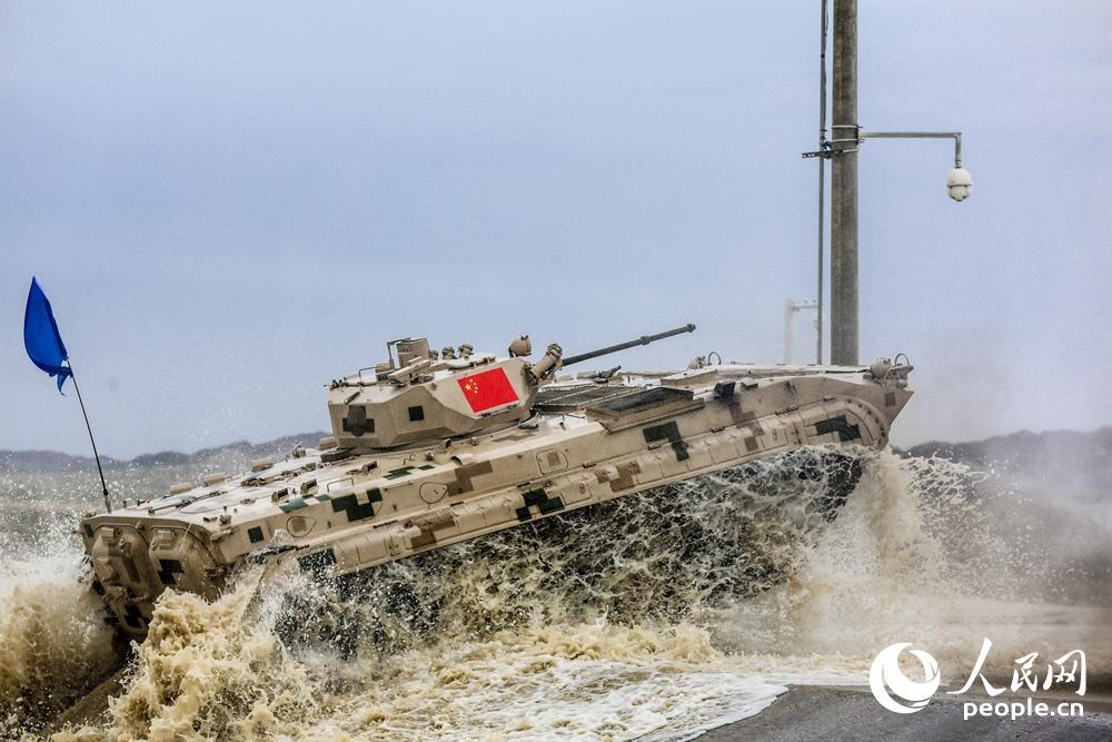 中国参赛队战车冲出涉水场。尹阿龙摄