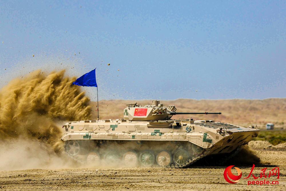 中国参赛战车飞驰前进。