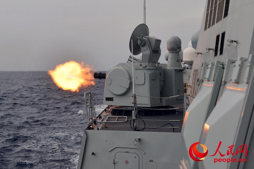 大庆舰副炮对海射击。张海龙摄