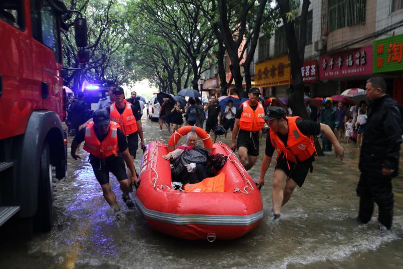 受台风影响阳江市出现河水倒灌险情武警官兵解救300多名受困群众