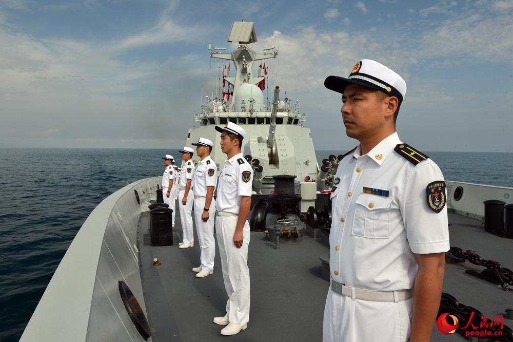 蕪湖艦官兵在甲板分區列隊准備接受檢閱。張海龍攝