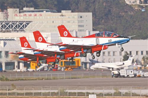 """10月30日,中国空军""""红鹰""""飞行表演队进行第一次适应性飞行训练。郑雪峰摄"""
