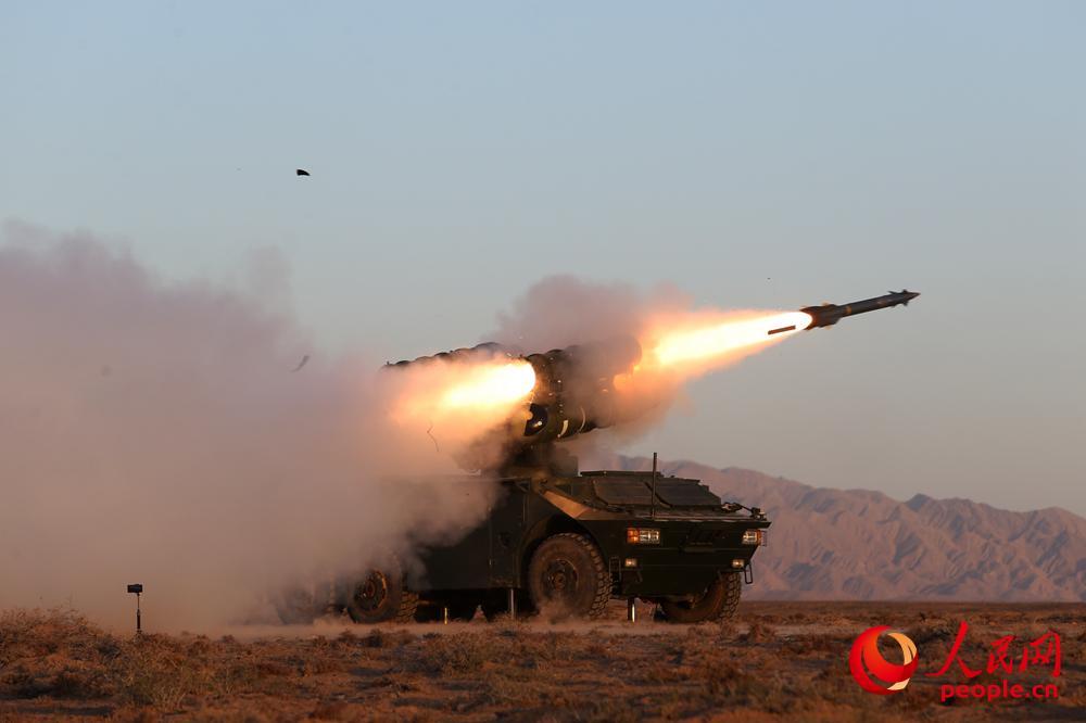 某型防空导弹实弹发射瞬间。