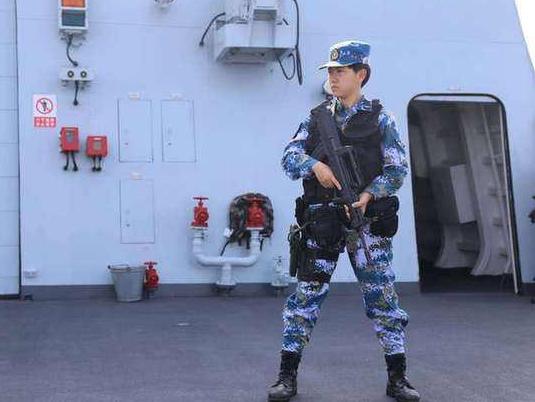 """""""最美退役军人""""宋玺:时代新人的好样子——2015年9月,宋玺从北京大学入伍,加入海军陆战队。2016年12月,她成为中国海军第25批赴亚丁湾护航编队唯一的女陆战队员。"""