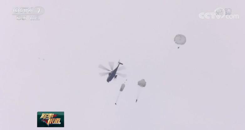 我军某特战旅武装跳伞训练 锤炼立体渗透实战本领【4】