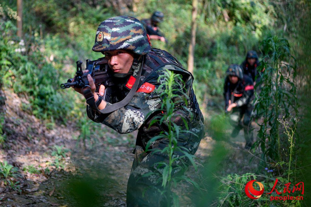 特战队员快速展开搜索。