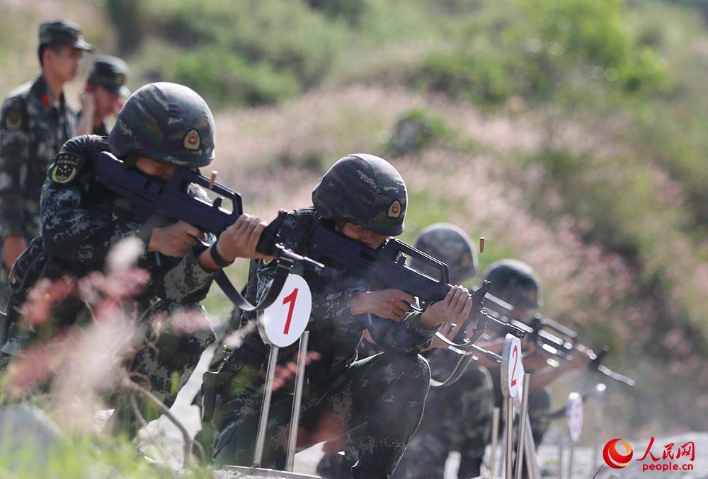 特战队员占领高地后进行俯角射击。