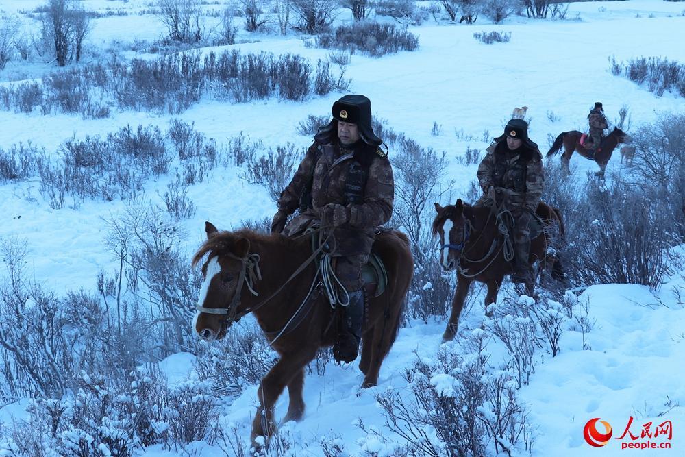 巡逻分队行进在冰雪路段。