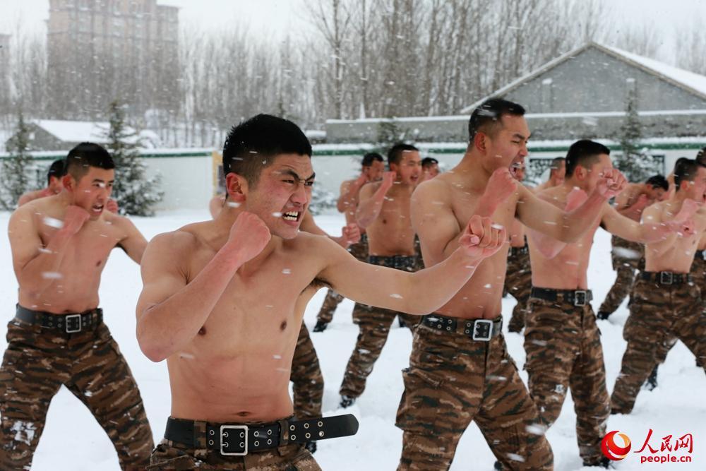 特战队员在雪中练搏击。杨磊 摄