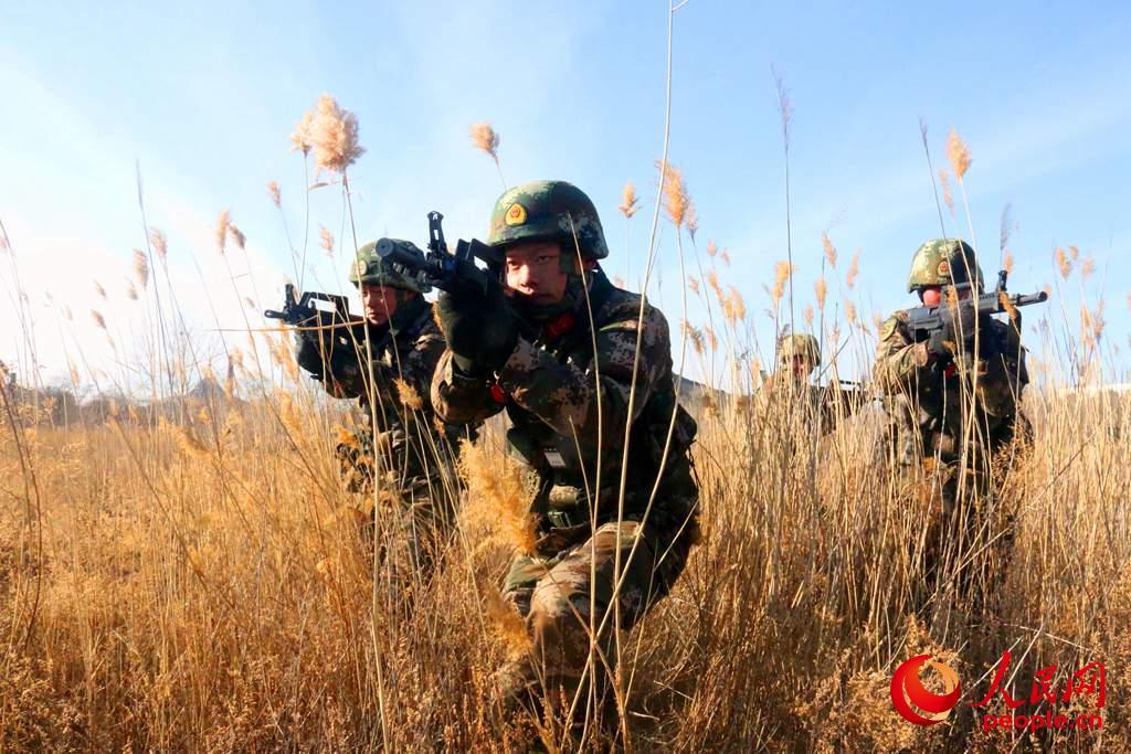 战斗小组协同搜索。